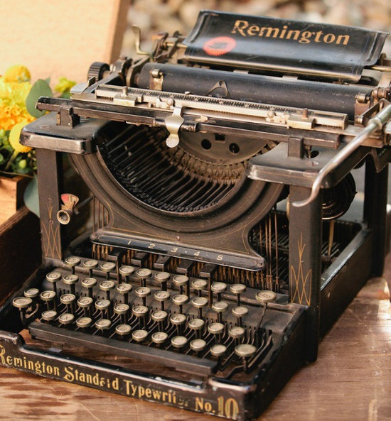 La primera #maquina de escribir con éxito comercial real fue inventada en 1868 por Christopher Sholes, Carlos Glidden y Samuel W. Soule. La patente fue vendida por 12.000$ a Densmore and Yost, que llegó a un acuerdo con E. #Remington and Sons para comercializar la que fue conocida como «Máquina de escribir Sholes and Glidden». Remington empezó la producción de su primera máquina de escribir el 1 de mayo de 1872 en Ilion (#NuevaYork). #typewriter