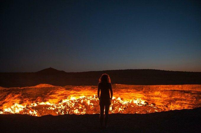 トルクメニスタンに開いた「地獄の門(The Door to Hell)」。天然ガスが絶え間なく吹き出、燃え続ける巨大な穴は、他にはない光景です。