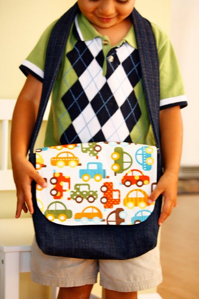 Super easy tutorial for a kid sized messenger bag - this would make a great gift!