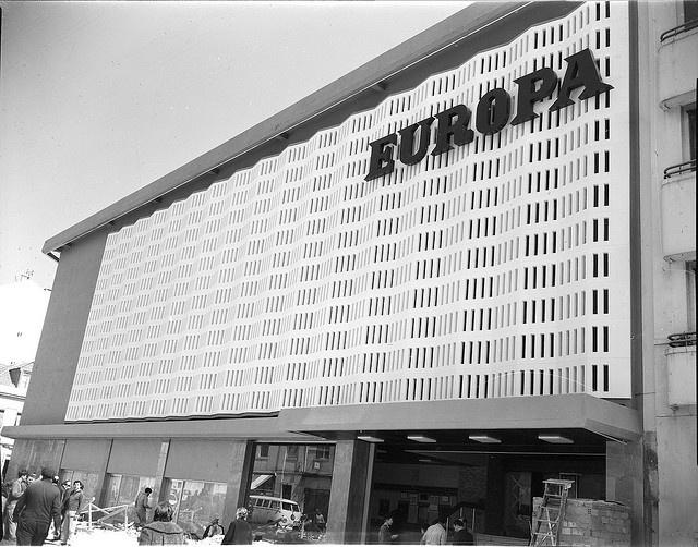 Cinema Europa, Lisboa, Portugal Fachadas. Fotografia sem data. Produzida durante a actividade do Estúdio Mário Novais: 1933-1983. Inaugurado nos anos 30 do século 20, o cinema Europa foi redesenhado de acordo com um projecto do Arquitecto Antero Ferreira em 1958. Funcionou como sala de cinema até 1981.