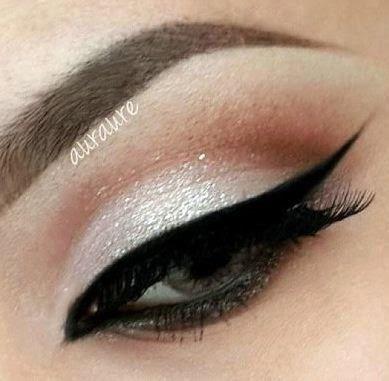 Maquillaje elegante para ojos con delineado negro ,sombras en tonos plata y marrón.DIY