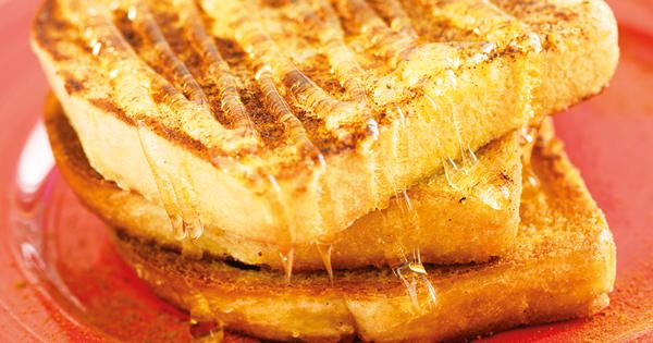 Recept på smet till fattiga riddare. Servera dina fattiga     riddare med lönnsirap till brunch eller lyxfrukost. Recept från     Charlotta Malhotras bok Efterlängtade efterrätter