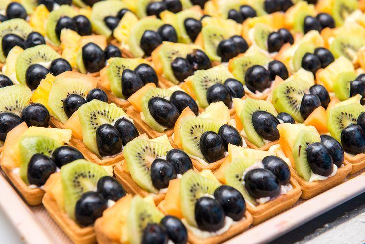 Mini Tarta Fructe este o combinatie intre aluatul fraged de origine frantuzeasca cu o textura crocanta si crema de vanilie preparata dupa reteta traditionala, aromata cu vanilie proaspata. La acestea se adauga fructe proaspete care ofera un gust racoritor si fin tartei. Tartele cu fructe sunt intotdeuna o alegere fericita atunci cand cautati un desert dulce, in combinatie cu fructe proapste. Preturi incepand de la : 37.5 Lei