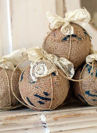 Palle di Natale in polistirolo rivestite con pezzi di sacchi di juta stampata