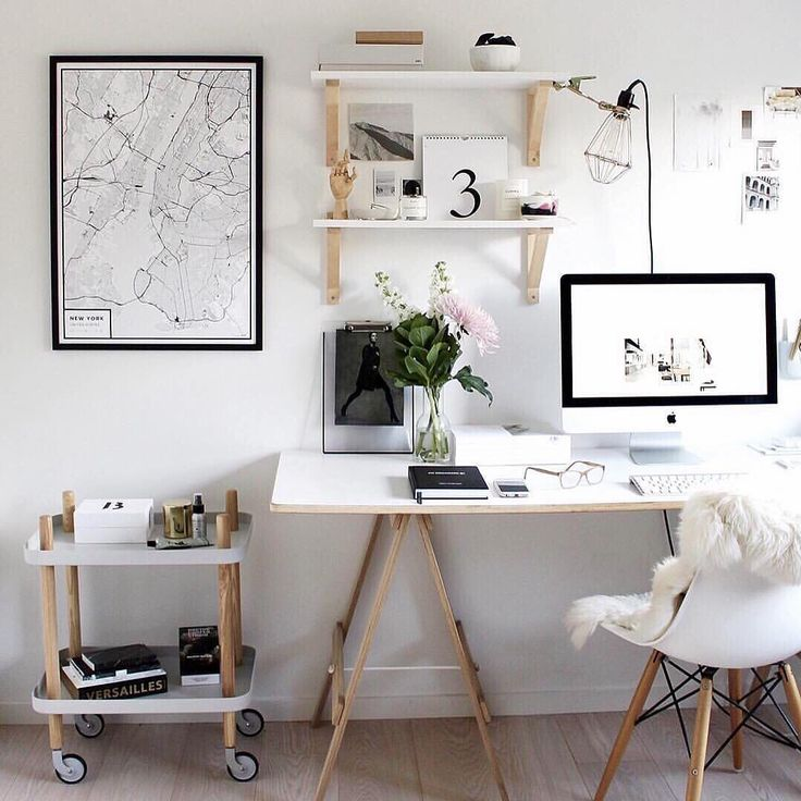 A workplace at home is the perfect combination of recreation and productivity. Work should feel familiar and fun! We would love to sit down and work in this modern and light interior, designed by the renown @thedesignchaser