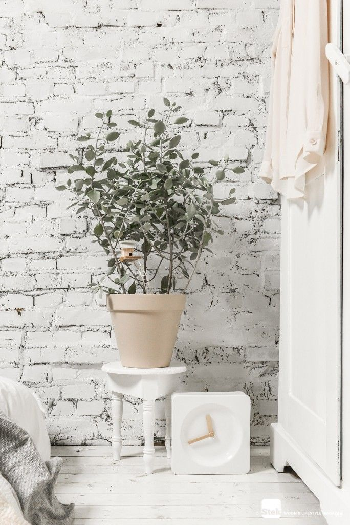 Slaapkamer wit en pastel | Clock | Green | Bedroom inspiration | White interior | Stek Magazine