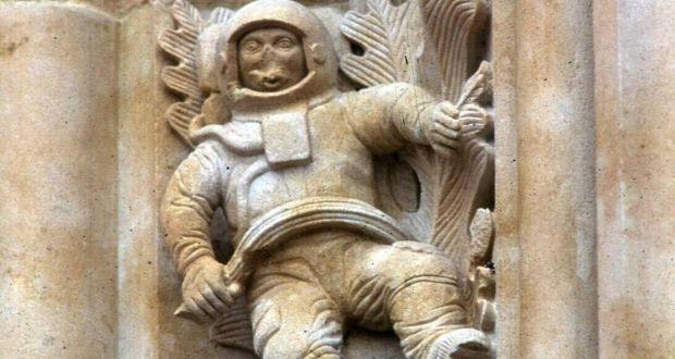 Construido entre 1513 y 1733, La Catedral Nueva de Salamanca tiene un misterio afuera de sus paredes. Hay un astronauta tallado en la pared de la iglesia de 400 año de antigüedad. Pero ¿cómo? Un teoría es recorrido de espacio antigua. Pero en realidad, la iglesia fue renovada en 1992 y algunas esculturas pequeñas fueron agregadas.