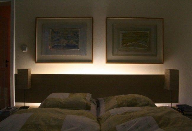 A hálóban is meghitt hangulatot keltenek az ágytámla mögé telepített melegfényű ledek