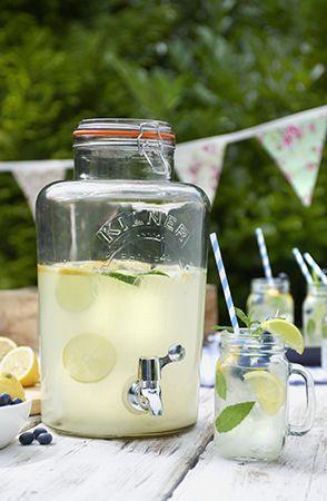 Serveer heerlijke zelfgemaakte limonade op een feestje uit een grote Kilner weckpot met tap. Leuk in de zomer!