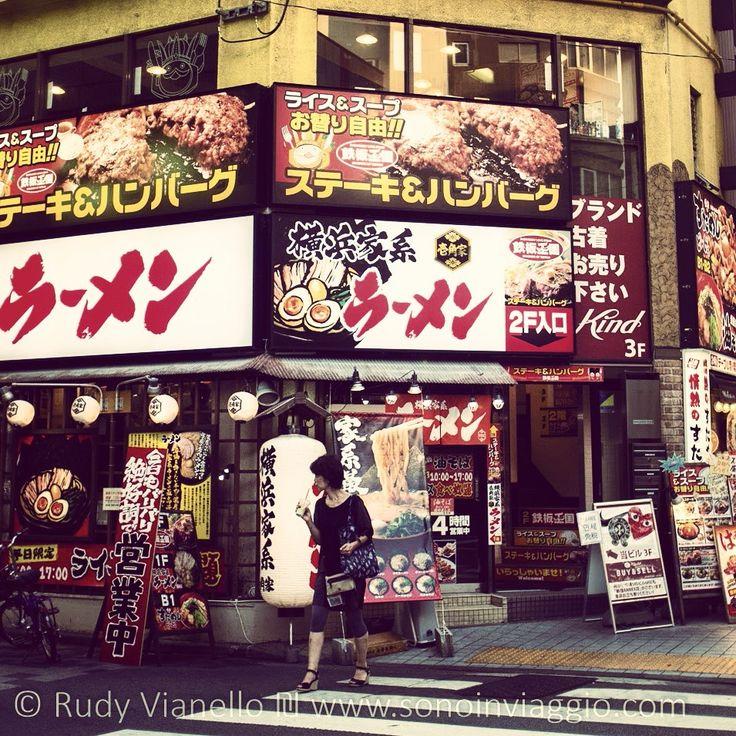 A #Shinjuku trovi sempre dove mangiare.  E se hai fame a tarda ora c'è sempre un #combini nelle vicinanze. #Tokyo #Food #Japan