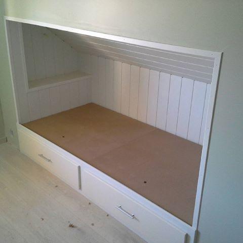 Plassbygget seng med nattbord og skuffer for oppbevaring. Håper det er en liten gutt som