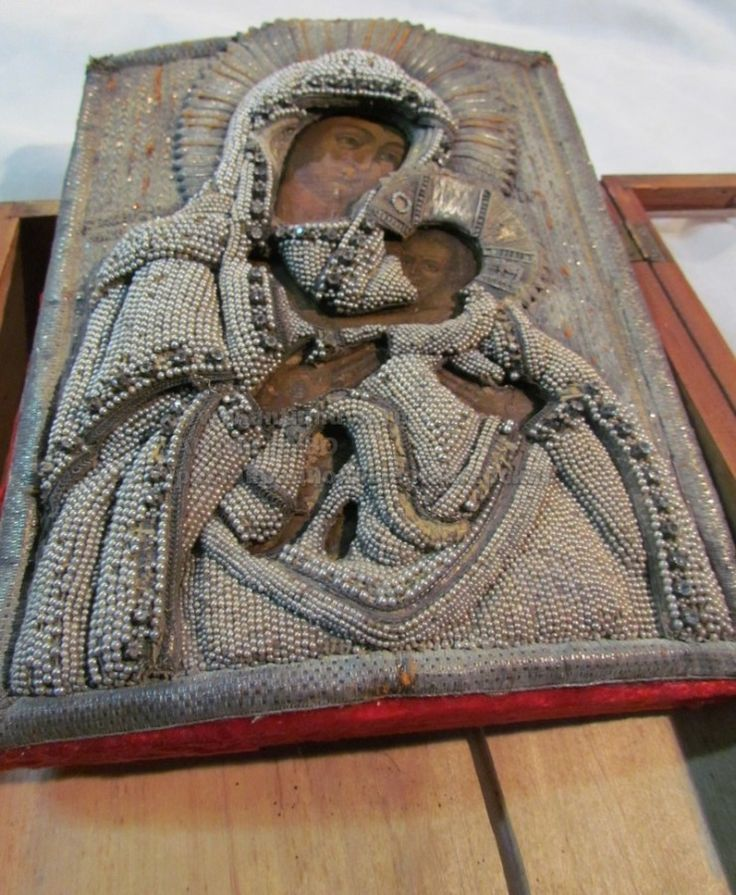 Икона в киоте, киот более поздний, видимо граница 1900 года, шитье начала 19 века, живопись - 17 век.