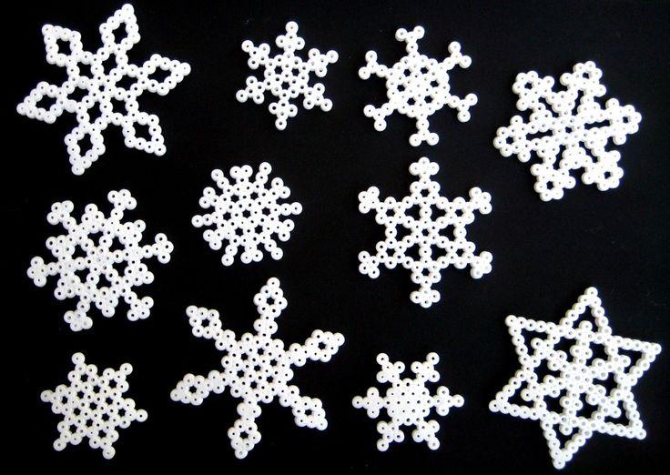 Diseños con cuentas hama: copos de nieve.