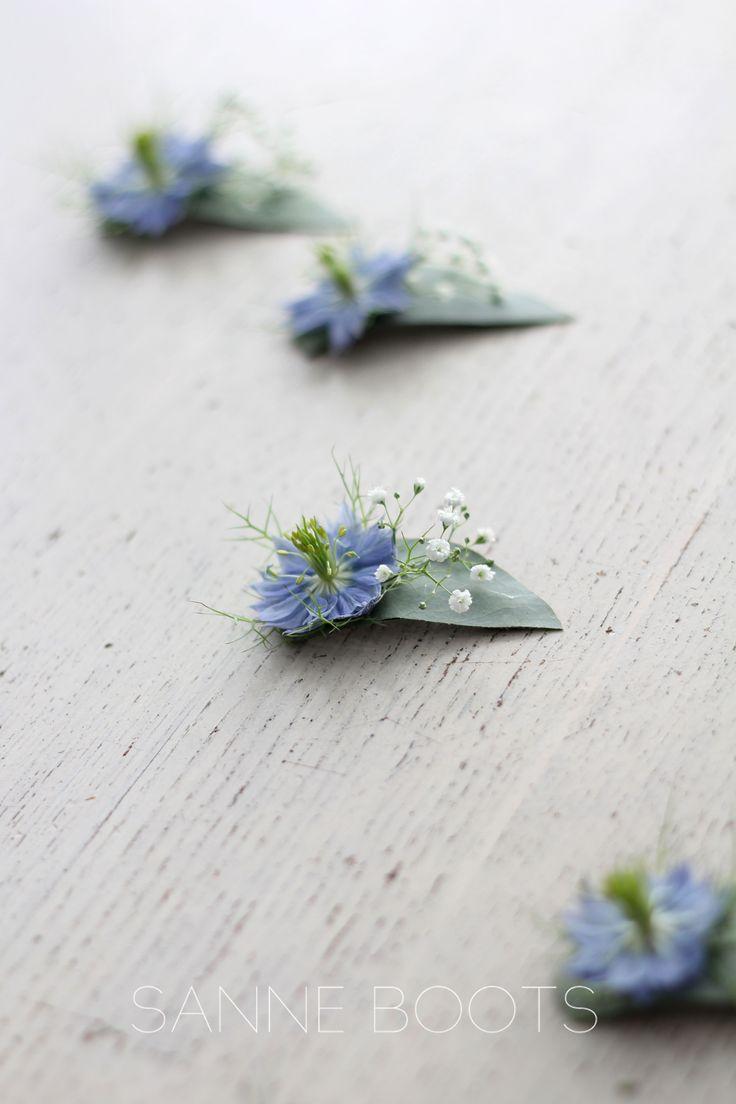 Zo #schattig, deze #haarcorsages voor de #kleine #bruidsmeisjes. Met een klein plukje #gipskruid en een #juffertje in 't groen (en ja, die zijn #blauw ;))