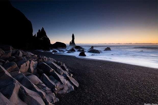 La plage de sable noir de Vík í MýrdalD'un point de vue esthétique, la plage de sable noir de Vík í Mýrdal est aux antipodes des paysages tropicaux de carte postale. Pourtant, sa beauté de littoral du bout du monde n'en est pas moins séduisante. Ce sable de couleur foncée, ainsi que les colonnes rocheuses qui ponctuent la côte, trouvent leur origine dans l'activité volcanique de cette région qui, en 2010, a notamment été touchée par le nuage de cendre né de l'éruption du volcan…