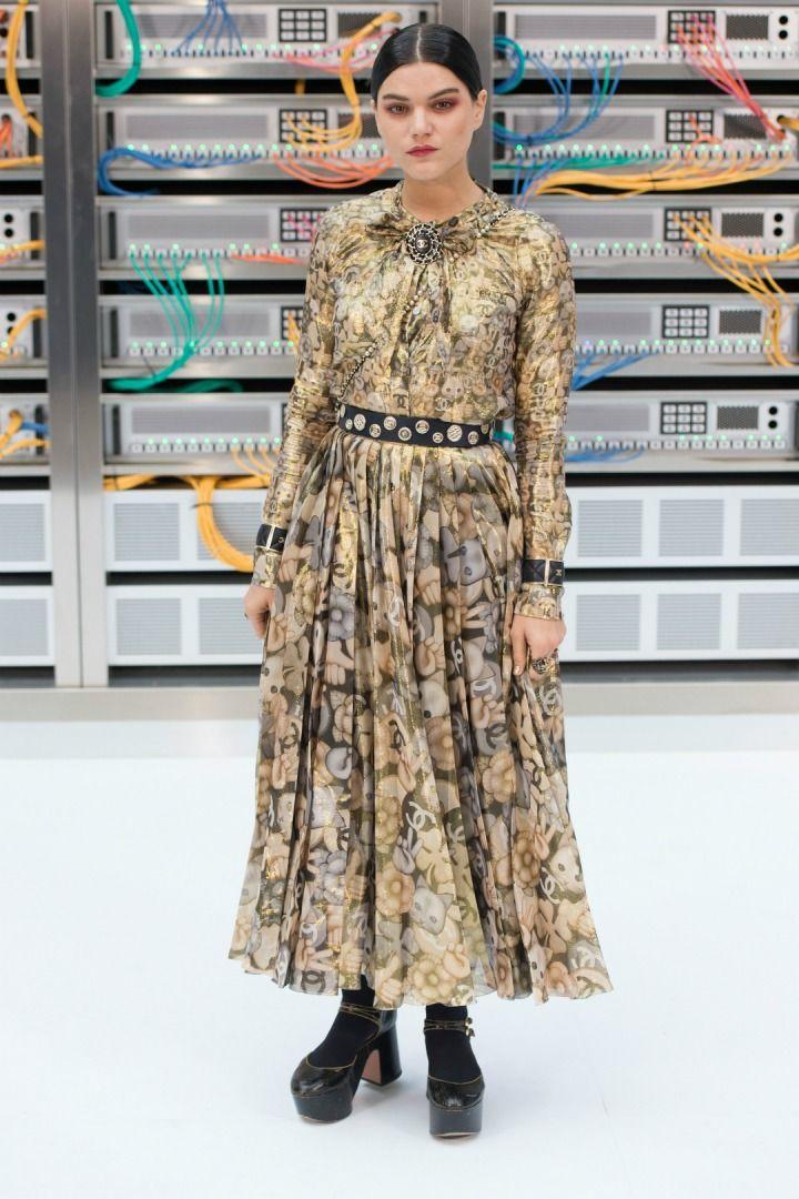 Rihanna'dan Karlie Kloss'a Haftanın Stil Sahibi Ünlüleri Ünlü isimlerin akın ettiği Paris Moda Haftası'ndan L'Oreal Paris'in Gold Obsession Party'sine 27/09 - 04/10 haftasının en popüler etkinlikleri ve stil sahibi isimleri. >>>> http://vogue.com.tr/parti/rihannadan-karlie-klossa-haftanin-stil-sahibi-unluleri#p=1