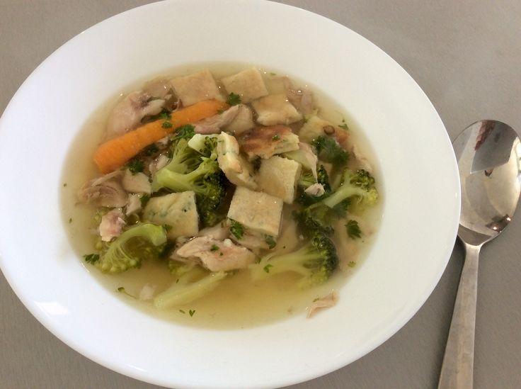Kuřecí vývar s mrkví, brokolicí, petrželkou, kuřecím masem a vaječným špaldovým svítkem s jarní cibulkou