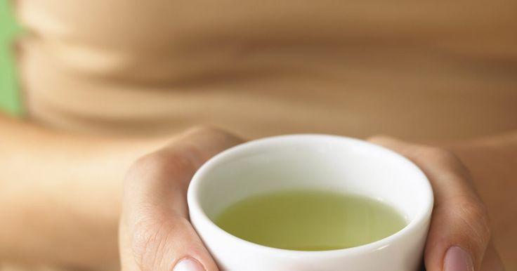 Cómo preparar un té verde con leche. El té verde tiene numerosos beneficios para la salud y contiene alrededor de la mitad de cafeína que el café, haciéndolo una bebida que puedes consumir durante el día. Los flavonoides en el té verde aportan antioxidantes a tu cuerpo y pueden protegerte de infecciones virales, cáncer y osteoporosis. Usa la variedad matcha para hacer tu té verde con ...
