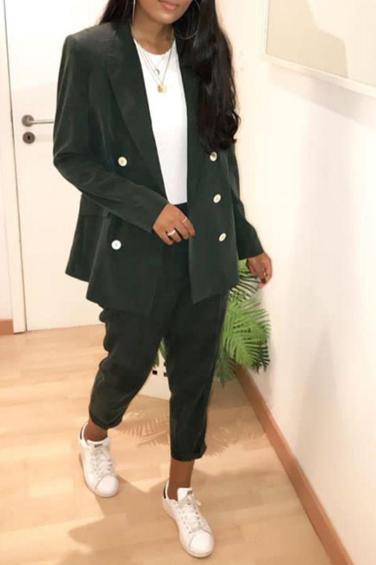 d356fa21cbbc Mode femme casual chic avec un ensemble pantalon et veste blazer vert Mango  et baskets blanche