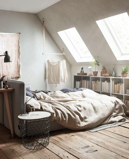 Une pièce, 3 fonctions. Convertible transformé en lit, avec du linge de lit dans des couleurs neutres.