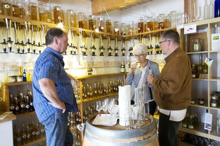 Noorbohandelens indehaver Wolfgang Sürth har samlet de fineste #spirituosa fra hele verdenen. Her kan duftes og smages og fås en god snak inden købet. #nyord #smag # whisky #rom #calvados #grappa #cognac #brændevin #likør #noorbohandelen #torvehallerne #lovingislands