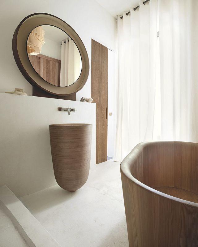 Une salle de bains en bois avec baignoire ambiance sauna