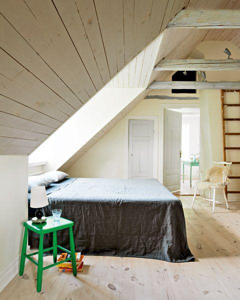 Inspiration parement bois. Placez du parement bois Imberty (http://www.imberty.fr/) en sous-pente pour apporter de l'authenticité à une chambre que vous souhaitez très cosy. Le bois apporte de la chaleur à un intérieur. Une touche déco personnelle, que vous pouvez choisir parmi de nombreux coloris afin de correspondre à vos envies! Imberty est une marque française d'aménagement intérieur en bois. #bois #chambre #déco #imberty