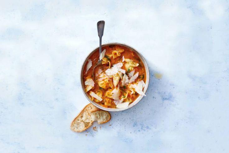 Door gevulde pasta toe te voegen, maak je van de verse tomatensoep een vullende maaltijd.- Recept - Allerhande