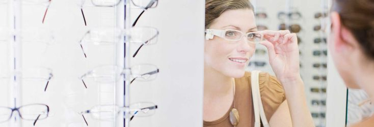 Shopping for new eyeglasses? Read about types, features, and other must-know topics in our guide to eyeglass stores to make an informed choice.