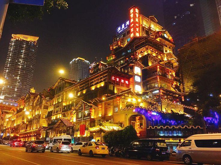 中国の重慶市にある洪崖洞も千と千尋の神隠しの世界観にそっくり