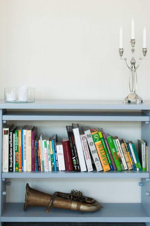 Details from our dining area @oldmusicinstruments @candles #books #cookingbooks #dinningarea #formerschool #guesthouseincincsor #visittransylvania @Cincsor.Transylvania.Guesthouses