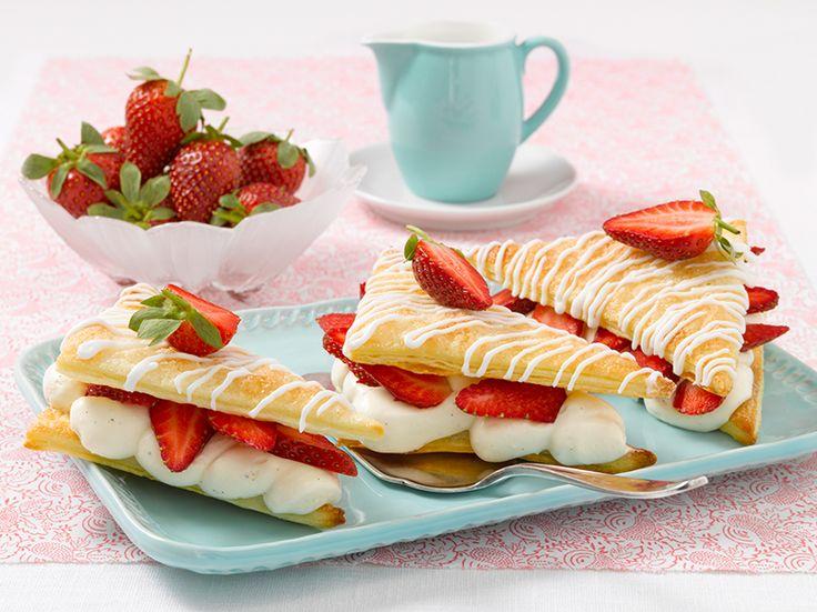 Erdbeerschnitten Leckere kleine Teilchen aus Blätterteig mit einer cremigen Füllung und Erdbeeren