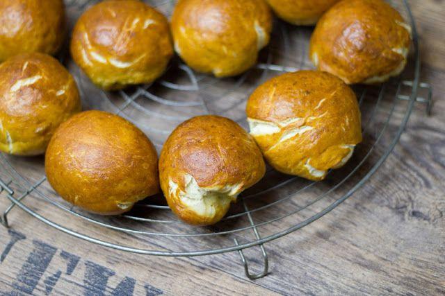 moey's kitchen: Countdown Osterwoche: Laugenbrötchen mit viererlei Dips