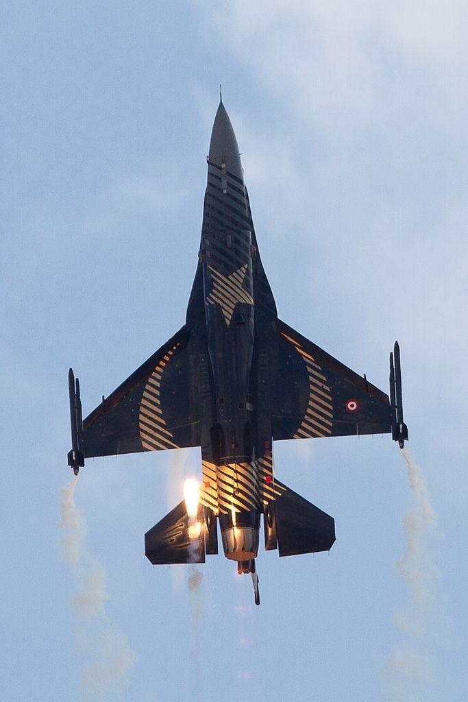 eyestothe-skies:  F-16C Falcon, Solo Türk