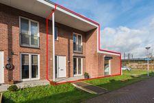 In de populaire en jonge woonwijk Vleuterweide, aan de westkant van Utrecht, treffen we deze mooie eengezinswoning (b.j. 2010) van 109 m2 met o.a. een royale woonkamer, fraaie eetkamer, 3 slaapkamers en een tuin met berging én een achterom.  Winkelcentrum Vleuterweide met een groot en divers winkelaanbod is lopend binnen enkele minuten bereikbaar.