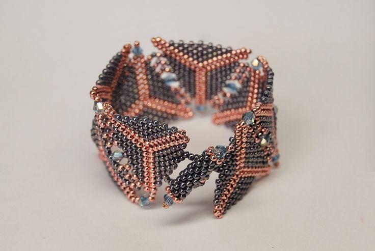 bransoletka geometryczna uszyta z koralików Toho. Dostępna na zamówienie w sklepie http://www.korallove.com
