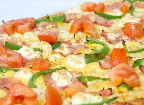 Λαχταριστή πίτσα Fornino με πιπεριά, ντομάτα, φέτα, μπέικον, κρ.γάλακτος...και ομελέτα!!