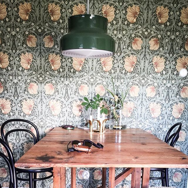 Lovely dining area | William Morris | Bumling lamp