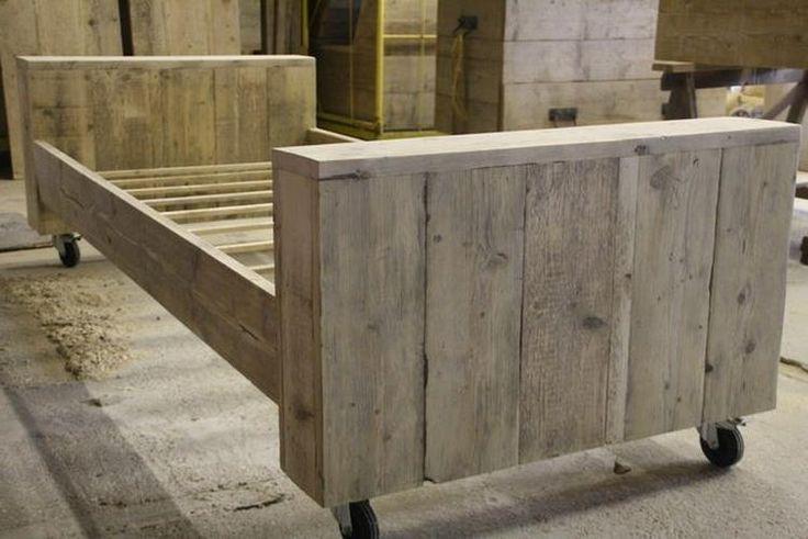 25 beste idee n over houten pallet bedden op pinterest for Bed van steigerhout maken