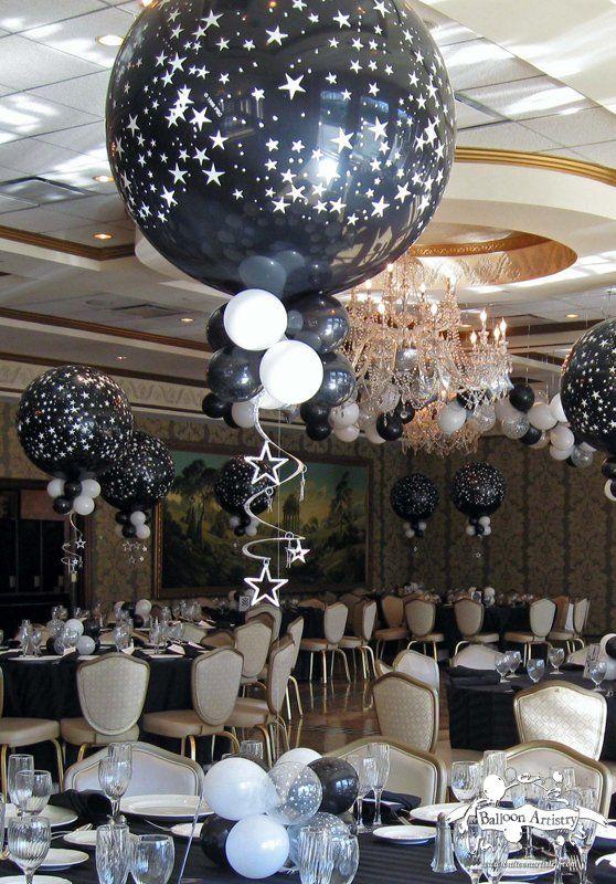 Decoracion de fiesta blanco y negro con centros de mesa con globos gigantes. #DecoracionFiestas