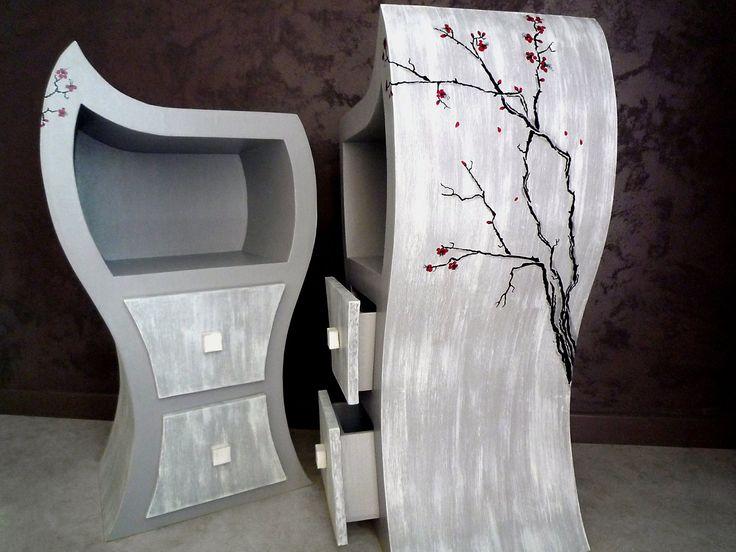 """https://www.facebook.com/photo.php?fbid=1586930951631641&set=gm.1713786075505042&type=3&theater  Diane Bonnaure   Je vous propose une nouvelle création en carton recyclé Bulle de Couleur : les chevets """"Sakura"""". Effet bois cerusé - Branches de sakura peintes à la main - h.81cm x l.44cm x prof.31cm Ils s'accordent à merveille à la chambre """"japonisante"""" de mes clients. D'autres créations sur http://www.bulledecouleur.fr/"""
