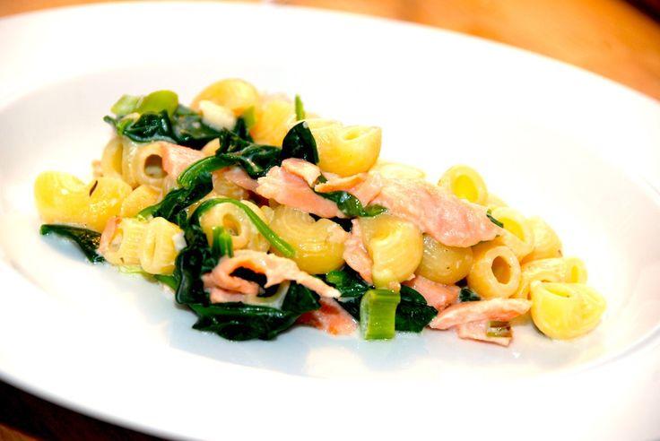 Super opskrift på pasta med røget laks og frisk spinat. Laksen skæres i strimler, og vendes i den lette flødesovs sammen makaroni og spinat. Til pasta med røget laks til fire personer skal du bruge…