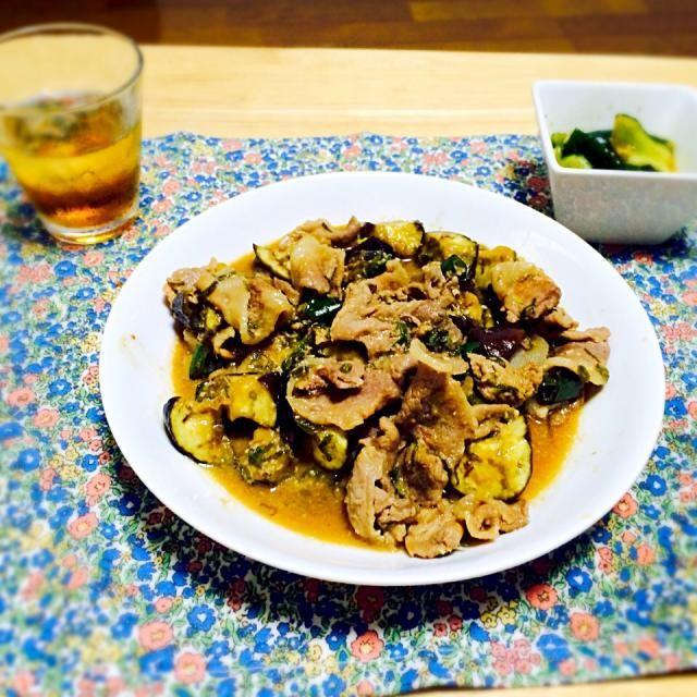 豚肉となすとピーマンを味噌を ベースに作ったタレで炒めました。 おくのは塩で板ずりして水気を切った 胡瓜をごま油と鶏ガラスープの素と お醤油とすりごまと砂糖を絡めた ものです(っ´ω`c)おいしかった♪ - 3件のもぐもぐ - 豚肉なすみそピーマン炒め by niconicoyun
