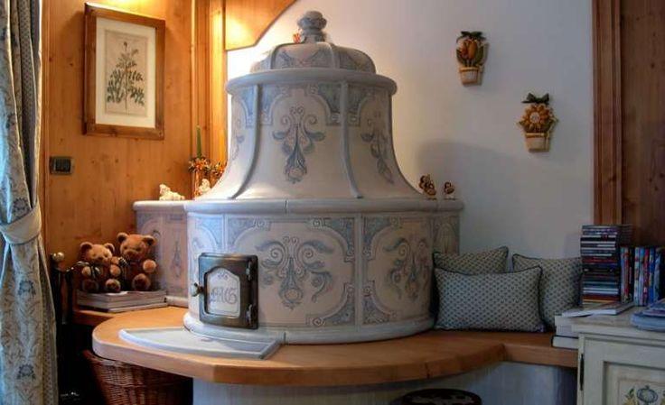 Stufa in maiolica con panca - Stufa antica con panca in legno per arredare il soggiorno in stile tirolese.