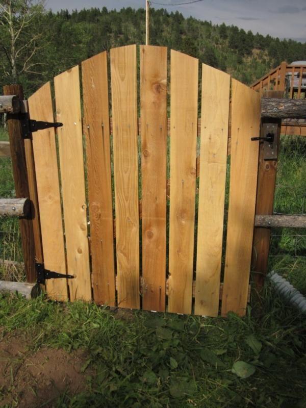 Porte en bois et charnières métalliques