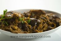 Baghare Baingan: Brinjals steeped in an aromatic nutty gravy.