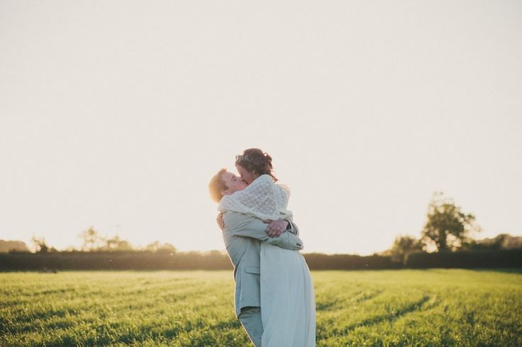 I feel like I say this with every real wedding we feature – but I really, really, really LOVE this wedding ;) Anna & George tied the knot in a field in the middle of nowhere in the most s…