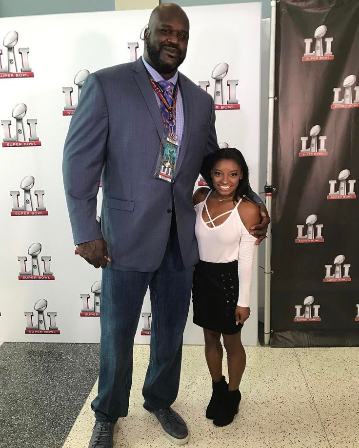 "This Picture Of 7'1"" Shaquille O'Neal Standing Next To 4'9"" Simone Biles Looks Like It's Photoshopped - http://viralfeels.com/this-picture-of-71-shaquille-oneal-standing-next-to-49-simone-biles-looks-like-its-photoshopped/"