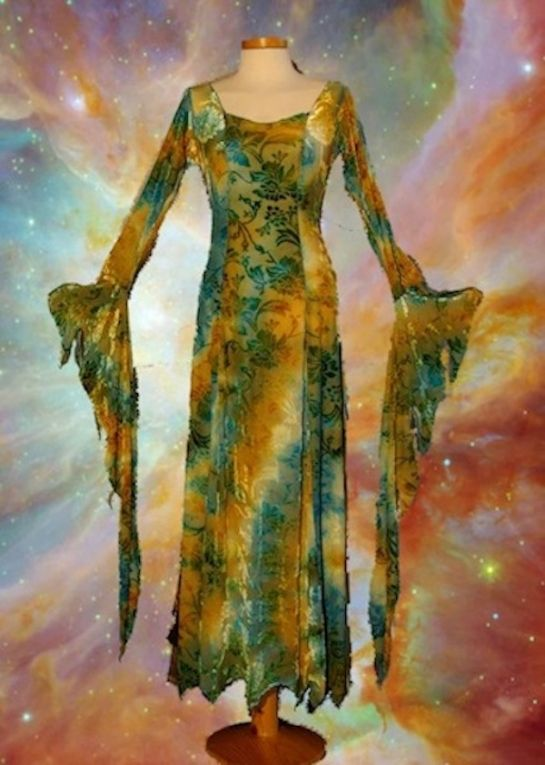 de godin in jezelf, jurk met sprookjesachtige uitstraling door de mouwen.
