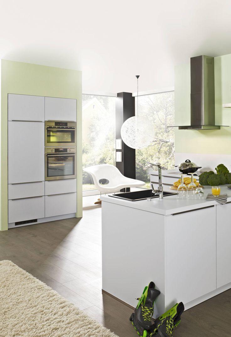 Elegante Design Tresenkuche Mit Keramik Spulbecken Und Wand Dunstabzugshaube Kuchen Design Kuchen Mobel Wohnkuche